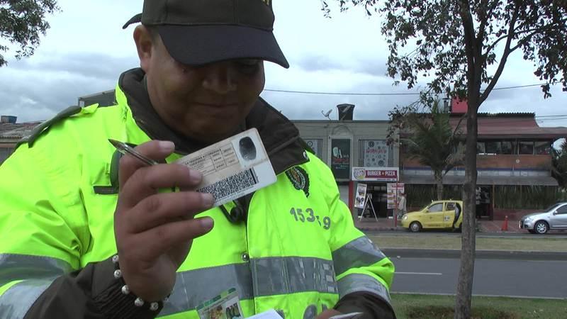 PoliciaRevisandoCedula