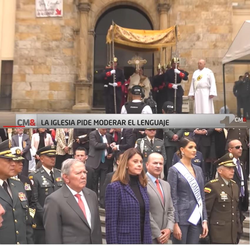 "Una multitud frente a una iglesia. ""CM&: La Iglesia Pide Moderar el Lenguaje."""
